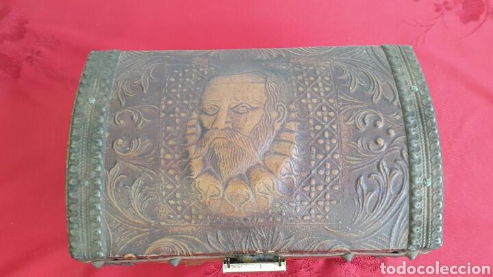Antigüedades: COFRE CAJA MUSICAL FORRADO DE PIEL REPUJADA CON CARA DE CERVANTES - Foto 2 - 90295556