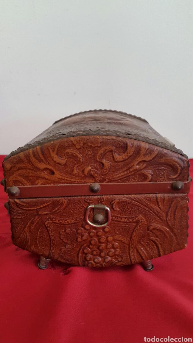 Antigüedades: COFRE CAJA MUSICAL FORRADO DE PIEL REPUJADA CON CARA DE CERVANTES - Foto 4 - 90295556