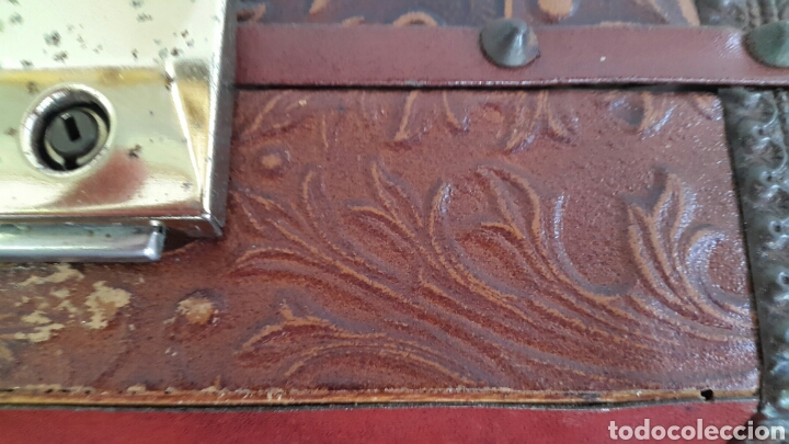 Antigüedades: COFRE CAJA MUSICAL FORRADO DE PIEL REPUJADA CON CARA DE CERVANTES - Foto 7 - 90295556
