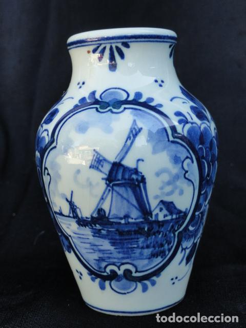PEQUEÑO JARRÓN DE PORCELANA O CERÁMICA HOLANDESA. CON FIRMA DELFT.T (Antigüedades - Porcelana y Cerámica - Holandesa - Delft)