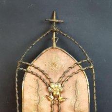 Antigüedades: BENDITERA. CUERPO EN LATÓN Y FONDO DE TELA. PILA DE NÁCAR. SIGLO XIX-XX. . Lote 90402510