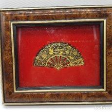 Antigüedades: ANTIGUO CUADRO VITRINA DE ABANICO DAMASQUINO HECHA A MANO CON RELIEVES EN ORO.. Lote 90414309