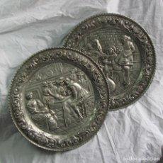 Antigüedades: PAREJA DE PLATOS DE ALUMINIO CON ESCENAS DE BODEGA O MESÓN. PARA COLGAR. 42 CM DE DIÁMETRO. Lote 90468974