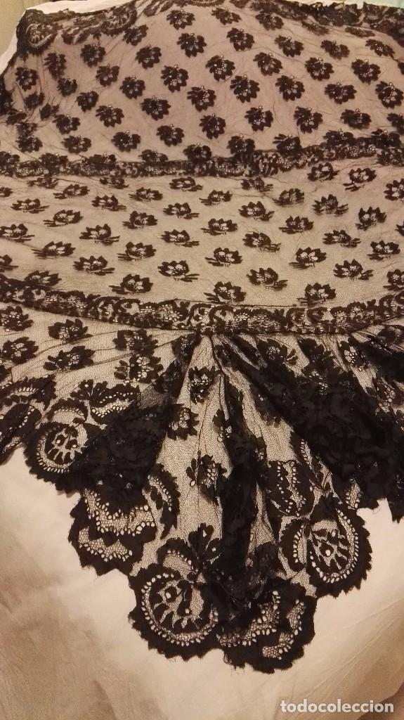 Antigüedades: Maravillosa y espectacular mantilla de terno antigua de tul de bolillo, bordado encaje manual. - Foto 2 - 90690590
