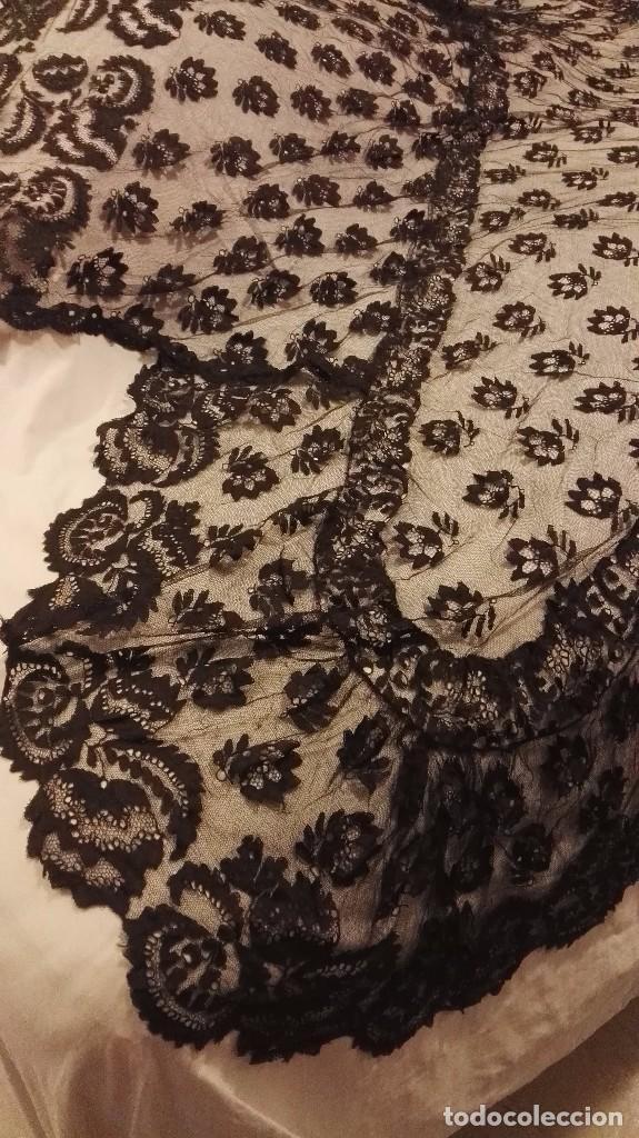 Antigüedades: Maravillosa y espectacular mantilla de terno antigua de tul de bolillo, bordado encaje manual. - Foto 4 - 90690590