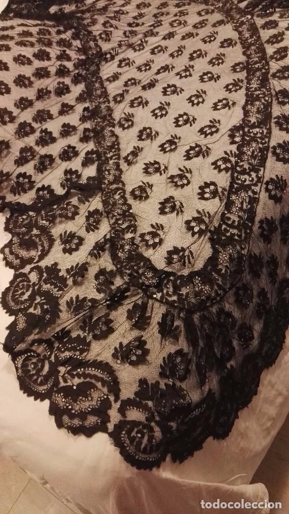 Antigüedades: Maravillosa y espectacular mantilla de terno antigua de tul de bolillo, bordado encaje manual. - Foto 5 - 90690590