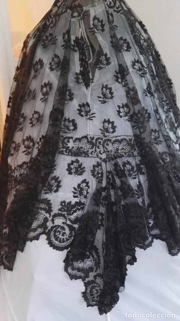 Antigüedades: Maravillosa y espectacular mantilla de terno antigua de tul de bolillo, bordado encaje manual. - Foto 6 - 90690590