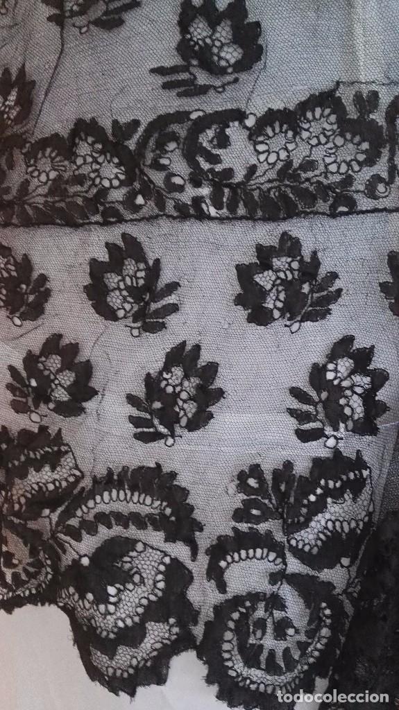 Antigüedades: Maravillosa y espectacular mantilla de terno antigua de tul de bolillo, bordado encaje manual. - Foto 7 - 90690590