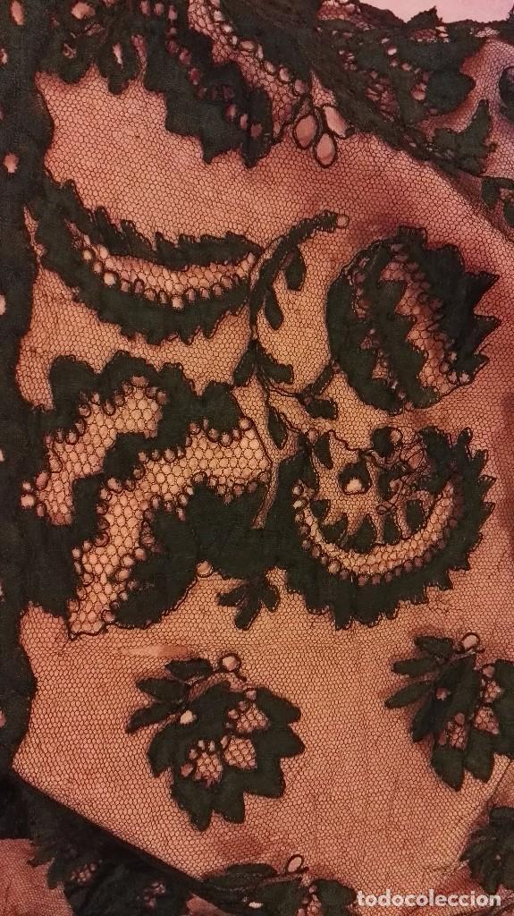 Antigüedades: Maravillosa y espectacular mantilla de terno antigua de tul de bolillo, bordado encaje manual. - Foto 10 - 90690590
