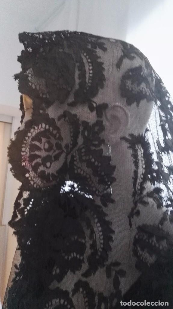 Antigüedades: Maravillosa y espectacular mantilla de terno antigua de tul de bolillo, bordado encaje manual. - Foto 16 - 90690590
