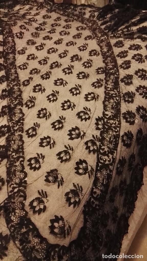 Antigüedades: Maravillosa y espectacular mantilla de terno antigua de tul de bolillo, bordado encaje manual. - Foto 18 - 90690590