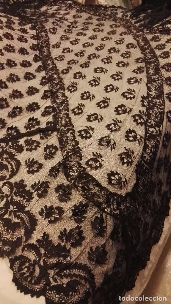 Antigüedades: Maravillosa y espectacular mantilla de terno antigua de tul de bolillo, bordado encaje manual. - Foto 19 - 90690590