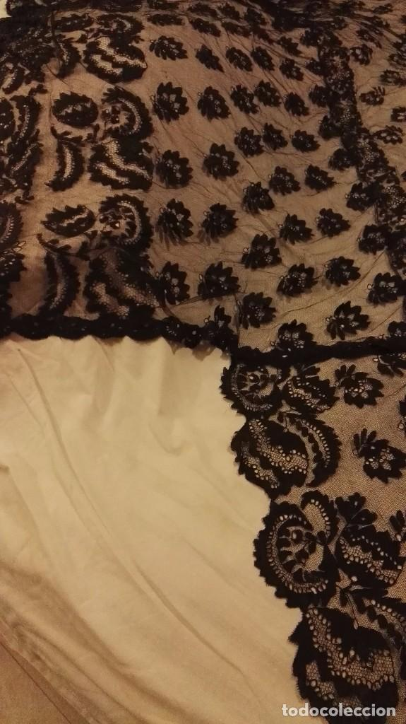 Antigüedades: Maravillosa y espectacular mantilla de terno antigua de tul de bolillo, bordado encaje manual. - Foto 20 - 90690590