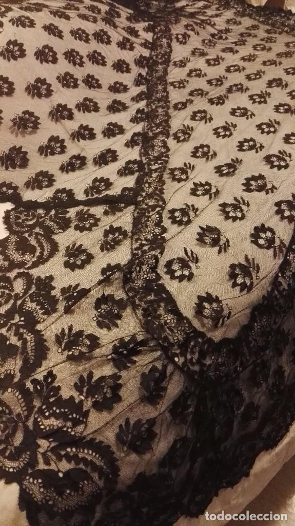 Antigüedades: Maravillosa y espectacular mantilla de terno antigua de tul de bolillo, bordado encaje manual. - Foto 23 - 90690590