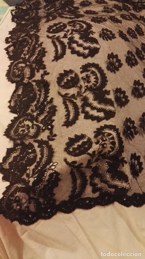 Antigüedades: Maravillosa y espectacular mantilla de terno antigua de tul de bolillo, bordado encaje manual. - Foto 24 - 90690590