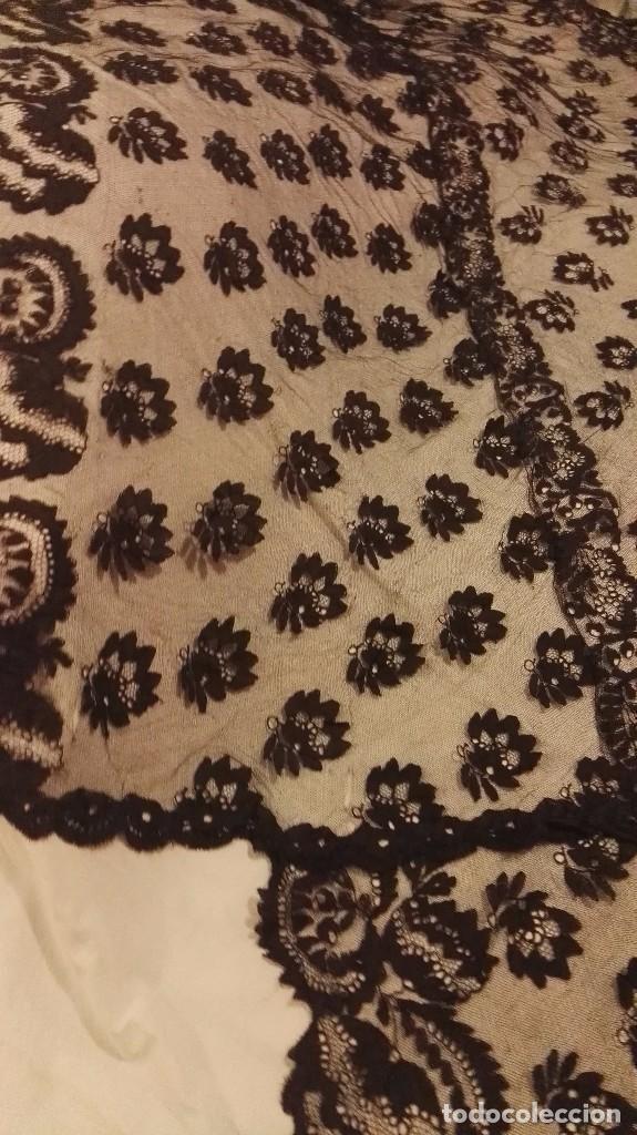 Antigüedades: Maravillosa y espectacular mantilla de terno antigua de tul de bolillo, bordado encaje manual. - Foto 25 - 90690590