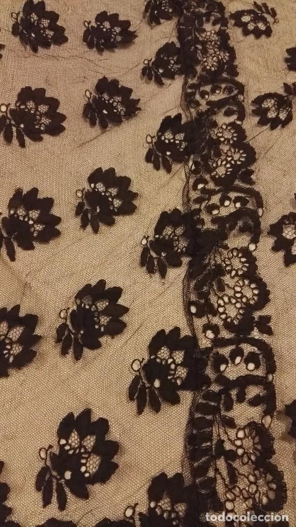 Antigüedades: Maravillosa y espectacular mantilla de terno antigua de tul de bolillo, bordado encaje manual. - Foto 26 - 90690590