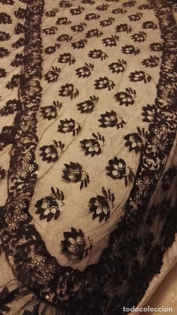 Antigüedades: Maravillosa y espectacular mantilla de terno antigua de tul de bolillo, bordado encaje manual. - Foto 27 - 90690590