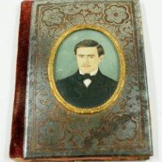 Antigüedades: FOTOGRAFÍA ILUMINADA DE HOMBRE EN CARNET DE BAILE O LIBRETA, SIGLO XIX 7X10 CM.. Lote 90706475