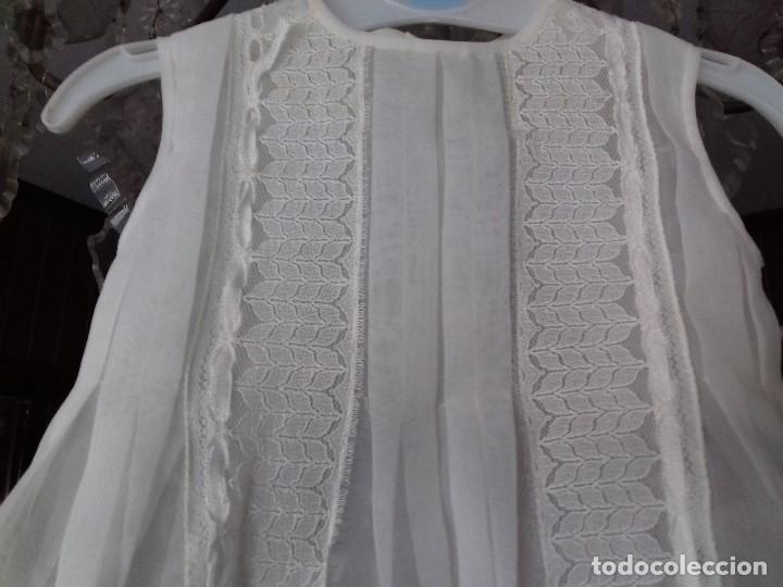 Antigüedades: BONITO VESTIDO DE BEBÉ CON ENCAJE Y BOTONES DE NACAR. - Foto 2 - 90770450