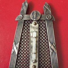 Antigüedades: BONITO PORTA TERMÓMETRO EN PLATA, CON TERMÓMETRO Y MEDALLA DE LA VIRGEN. Lote 90827598
