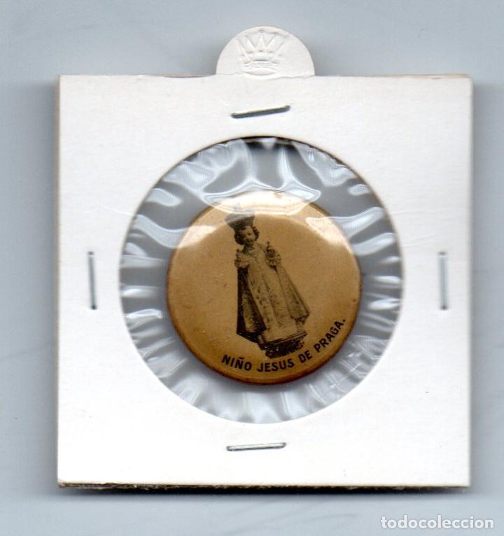 ANTIGUO PIN DE ALFILER, NIÑO JESUS DE PRAGA (Antigüedades - Religiosas - Escapularios Antiguos)