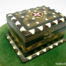 Antigüedades: BELLA CAJA COFRE TARACEA DE MADERAS Y HUESO. Lote 90915965