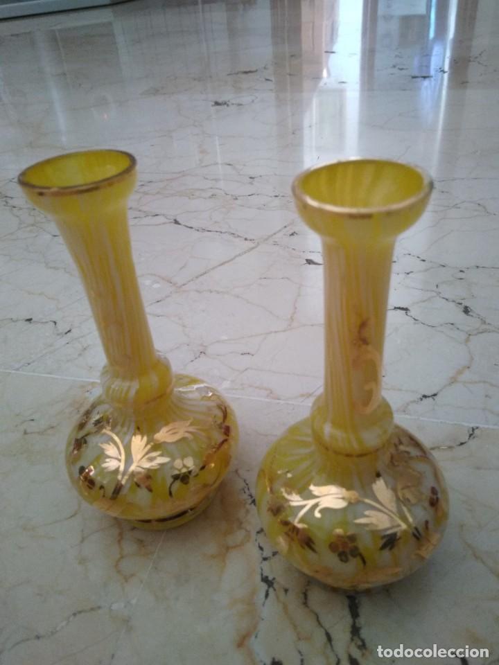 antigua pareja de violeteros o jarrones decorados en blanco y dorado cm de