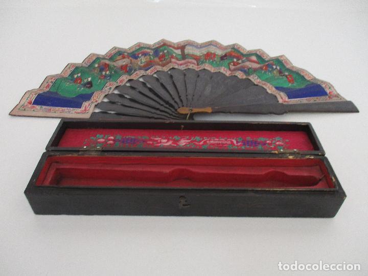 PRECIOSO ABANICO DE LAS MIL CARAS - CHINA - CARAS EN MARFIL - VESTIDOS SEDA - DINASTÍA QNIG - S. XIX (Antigüedades - Moda - Abanicos Antiguos)