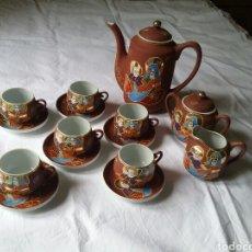 Antigüedades: JUEGO DE CAFÉ JAPONÉS, EN FINA PORCELANA PINTADA CON DIBUJO EN RELIEVE.EN SU CAJA ORIGINAL.AÑOS 80. Lote 90983844