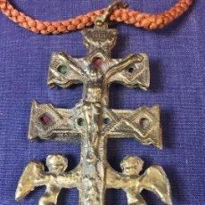 Antigüedades: CRUZ BRONCE CARAVACA MURCIA ANGELES TELA S XVIII XIX PATINA USO 16,5X9CMS. Lote 91017520
