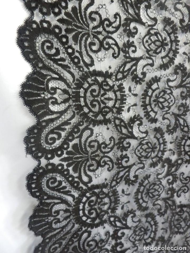 Antigüedades: 4054 Mantilla en seda lasa años 1900 bordada a mano - Foto 2 - 91057835