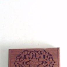 Antigüedades: TARJETERO DE MADERA NOBLE, LABRADO CON TEMAS FLORALES. PARA BOLSO O SOBREMESA. Lote 91121375