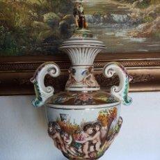 Antigüedades: SUPER BELLO DECORATIVO JARRON PORCELANA CAPODIMONTE COLORIDOS MOTIVOS A RELIEVE 54 CMS. Lote 91235545