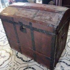 Antigüedades: ANTIGUO ARCON O BAUL. PRINCIPIOS DEL S.XX. CON HERRAJES DE FORJA. INTERIOR FORRADO DE PAPEL.. Lote 91250615