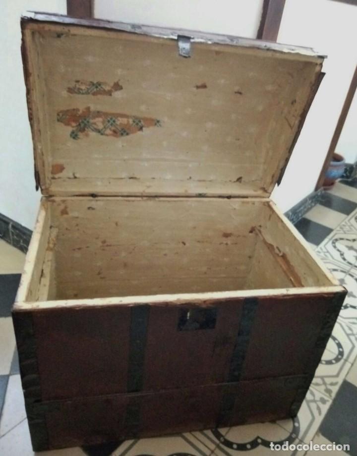 Antigüedades: Antiguo Arcon o Baul. Principios del S.XX. Con herrajes de forja. Interior forrado de papel. - Foto 5 - 91250615