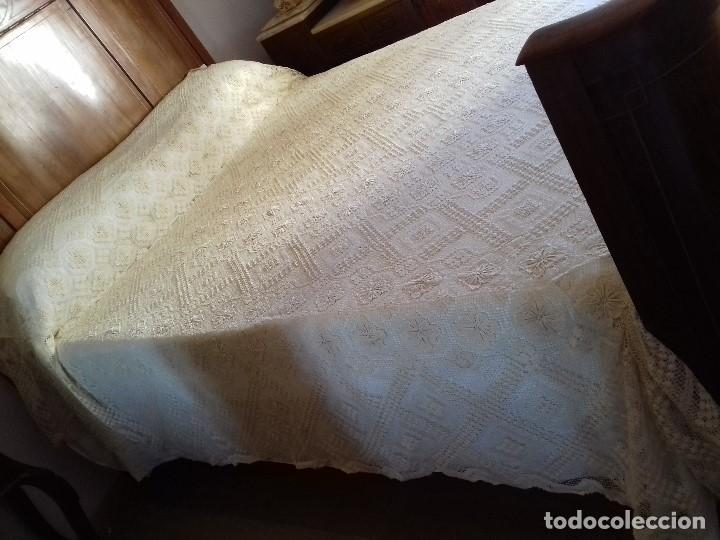 Antigüedades: ANTIGUA Y BONITA COLCHA DE PUNTO DE RED COLOR CRUDO O BEIG CLARO. - Foto 7 - 91253100