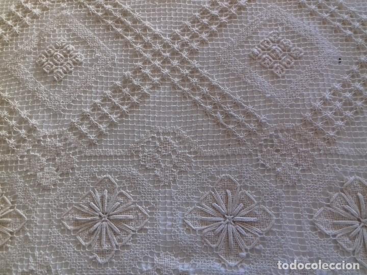 Antigüedades: ANTIGUA Y BONITA COLCHA DE PUNTO DE RED COLOR CRUDO O BEIG CLARO. - Foto 10 - 91253100