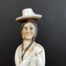 Antigüedades: BOTELLA DE VINO EN PORCELANA ESMALTADA. SANTA CLARA. VIGO. VINO BANDEIRA. CIRCA 1950.. Lote 91257080
