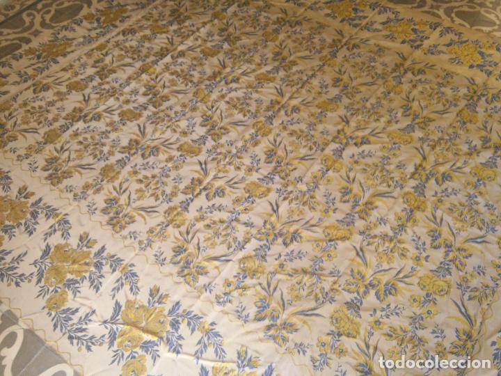 Antigüedades: gran colcha antigua sedina floral cama matrimonio confeccion manto manton traje virgen semana santa - Foto 11 - 91346285