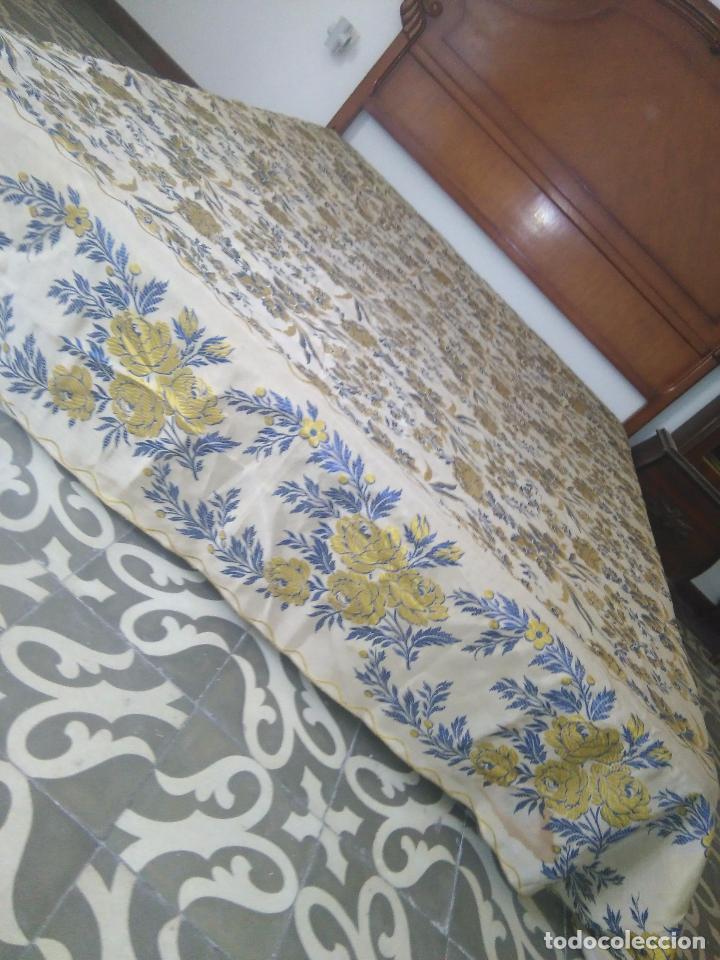 Antigüedades: gran colcha antigua sedina floral cama matrimonio confeccion manto manton traje virgen semana santa - Foto 13 - 91346285