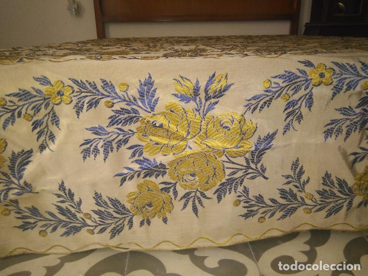 Antigüedades: gran colcha antigua sedina floral cama matrimonio confeccion manto manton traje virgen semana santa - Foto 14 - 91346285