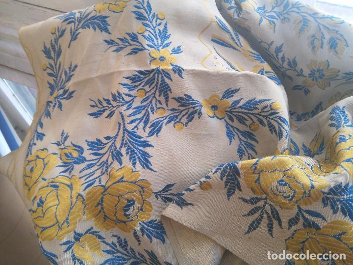 Antigüedades: gran colcha antigua sedina floral cama matrimonio confeccion manto manton traje virgen semana santa - Foto 15 - 91346285