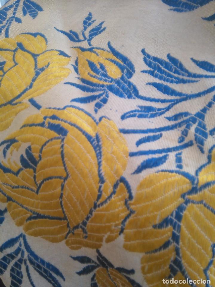 Antigüedades: gran colcha antigua sedina floral cama matrimonio confeccion manto manton traje virgen semana santa - Foto 28 - 91346285