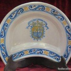 Antigüedades: BANDEJA DE RUIZ DE LUNA. TALAVERA. CON ESCUDO DE ARMAS HERALDICO DE CRISTOBAL COLON. Lote 91452795
