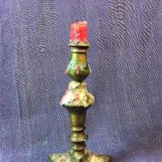 Antigüedades: CANDELERO LATON BRONCE ESPAÑA S XVIII BASE TRIANGULAR FUSTE BULBO 19,5X11CMS. Lote 91504480
