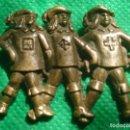 Antigüedades: BROCHE DE ALFILER, EN BRONCE, CON REPRESENTACIÓN DE LOS 3 MOSQUETEROS. FRANCIA, SIGLO XIX. Lote 91557500