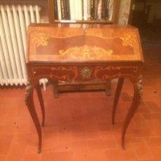 Antigüedades - Antiguo escritorio de estilo ingles del siglo XIX con marqueteria a 3 colores y aplicaciones latón - 91571225