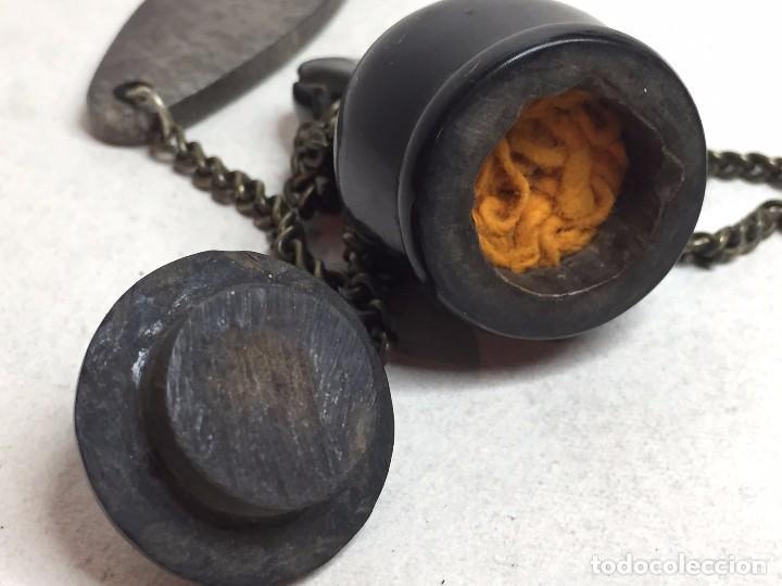 Antigüedades: Yesquero de campaña asta esculpida animal amuleto pátina de uso siglo XIX mechero tapa cadena 5 cm - Foto 11 - 91616350