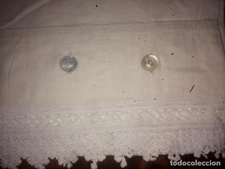 Antigüedades: Antiguo almhoadon / cojín / sábana de algodón bordado a mano años 20-30 con puntilla - Foto 2 - 91634800